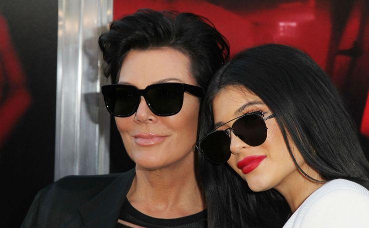 Realityster Kris Jenner verscheen samen met haar jongste dochter Kylie (17) op deNew Line Cinema's Premiere van de nieuwe horrorfilmThe Gallows. De dames huiveren uiteraard wel in stijl. Hun outfits waren volledig op elkaar afgestemd: zwart-wit, zonnebrillen en lange jas.…