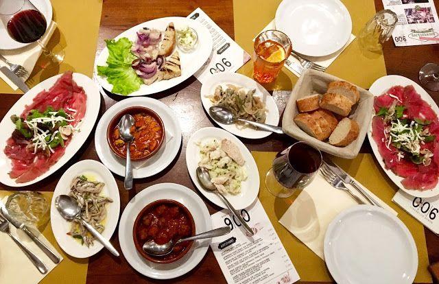 Det er helt umulig for meg å reise i Italia uten å nyte masse god mat og drikke. Bare det å tenke på Italiensk mat fører til at jeg nesten kan kjenne duften av nystekt pizza, fersklaget pasta og nylaget bakverk med masse deilige urter. Topp det med synet og smaken av en god italiensk rødvin og jeg er nesten i himmelen.  Under mitt besøk i Riva del Garda, en liten by lokalisert helt i nord-enden av Italias største innsjø Gardasjøen, fikk jeg energipåfyll mellom artige utendørsaktiviteter på…
