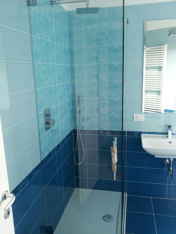 17 migliori idee su piastrelle per bagno blu su pinterest - Idee box doccia ...