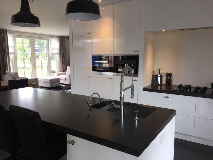 Keukenontwerp gemaakt tijdens de bouw van de woning. Belgisch hardsteen, witte keuken, hanglamp Interieuradvies by DHome