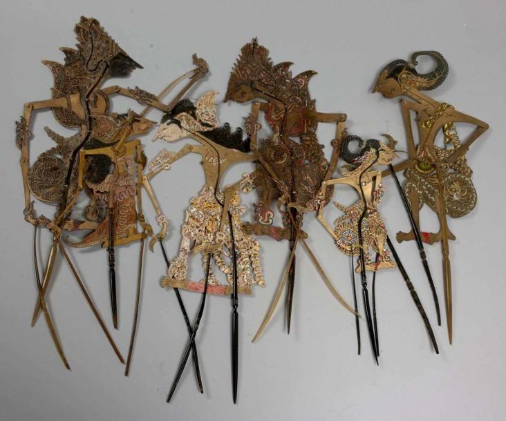 CINQ MARIONNETTES du théatre des ombres en cuir ou bois découpé, montage en corne. Bel état. INDONESIE 55 à 80 cm. Vente aux #encheres du 19/05/14 par Artcurial