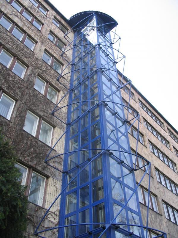 W budynku jest piękna winda Pater-Noster, ale musiano w pewnym momencie dobudować zewnętrzną windę, nie dbając o bryłę