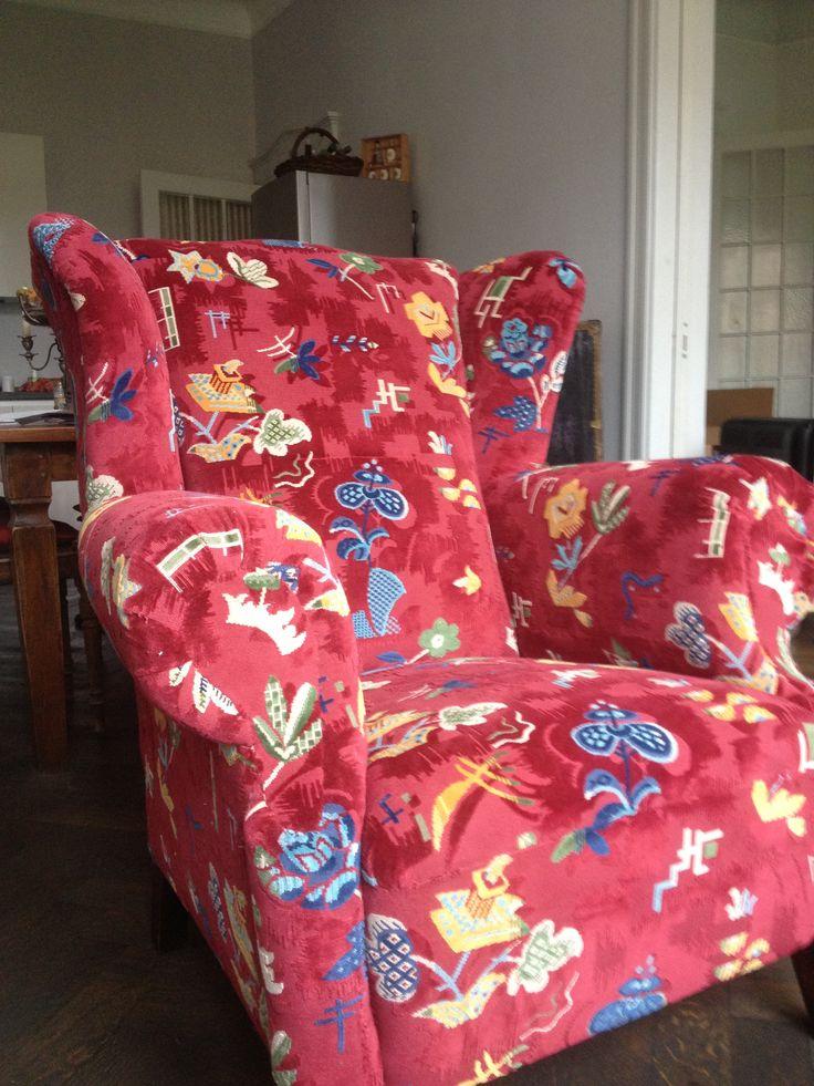 Schöner bequemer, alter Sessel jetzt mit neuem Stoff bezogen von Nya Nordiska.