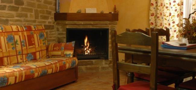 Casa rural Nuri de Rei, casa rural ideal para parejas, salón con chimenea