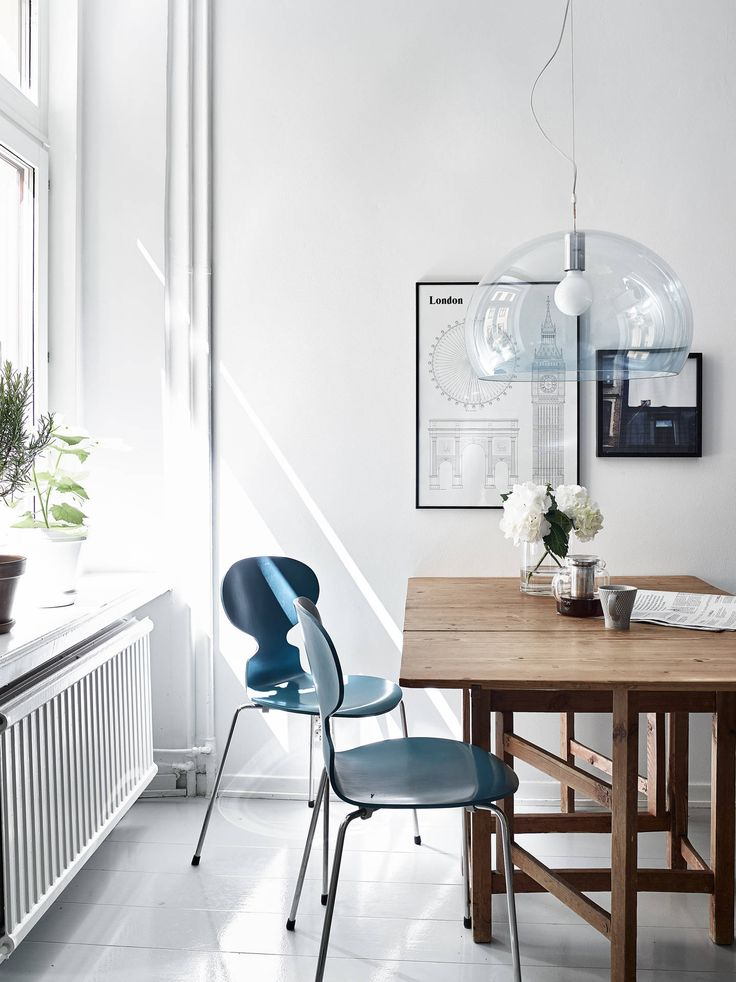 the Ant chair by Arne Jacobsen from Fritz Hansen | Classic apartment with a modern touch - via cocolapinedesign.com