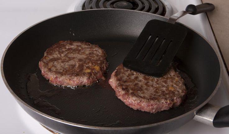 Sartén, o parrilla eléctrica, y espátula, son los únicos utensilios de cocina necesarios. (iStock)