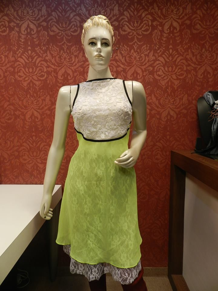 Elegance is the word for this nice pastel green and white tunic. You surely don't want to miss this one.
