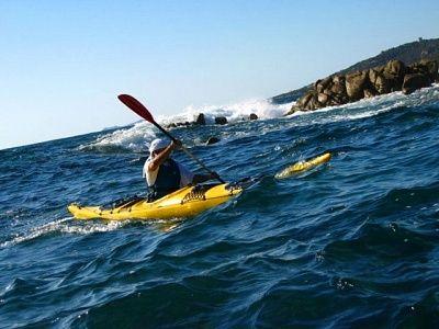 Kort zeekajak arrangement langs de stranden en kapen van Corsica's westkust. Onder begeleiding van een gekwalificeerde, Engelstalige gids en kajakinstructeur vaar je 3 dagen langs de grillige kustlijn van de Golfe de Ajaccio en de Golfe de Valinco. Tentjes en kookuitrusting gaan mee, want 3 nachten bivakkeer je op verlaten strandjes, die verscholen liggen tussen de met diepgroene maquis bedekte kliffen en kapen.  Lees meer: http://bedandtodo.nl/activiteit/6/golfe-de-valinco-zeekajakken