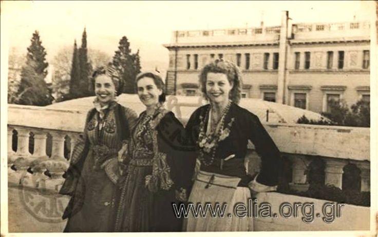 """Αθήνα 1949. """"Παραδοσιακοί χοροί στην Αμερικανική Πρεσβεία."""". Φωτογράφος: Ιωάννης Μπίρης - Ελληνικά Φωτογραφικά Επίκαιρα Η Αλέκα Κατσέλη (δεξιά), το γένος Μαζαράκη στην ταράτσα του Μεγάρου Μαξίμου, Ηρώδου Αττικού 19 που μετά την κατοχή χρησιμοποιήθηκε ως κατοικία του πρέσβη των Ηνωμένων Πολιτειών."""