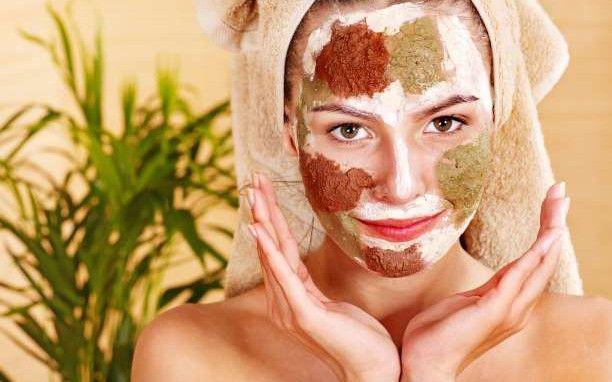 Φυσικές θεραπείες για τις μαύρες κηλίδες και τις πανάδες στο πρόσωπο