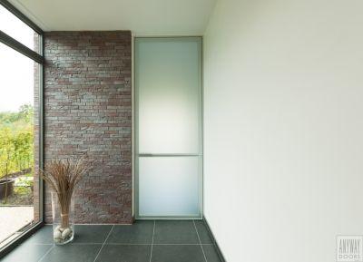 Design glazen deur op maat van Anyway Doors. Het belgische merk biedt met deze kaderdeur een verhoogde akoestische en thermische meerwaarde. Het glas is gezuurd en dus onderhoudsvriendelijk...  Meer info: http://www.anywaydoors.be