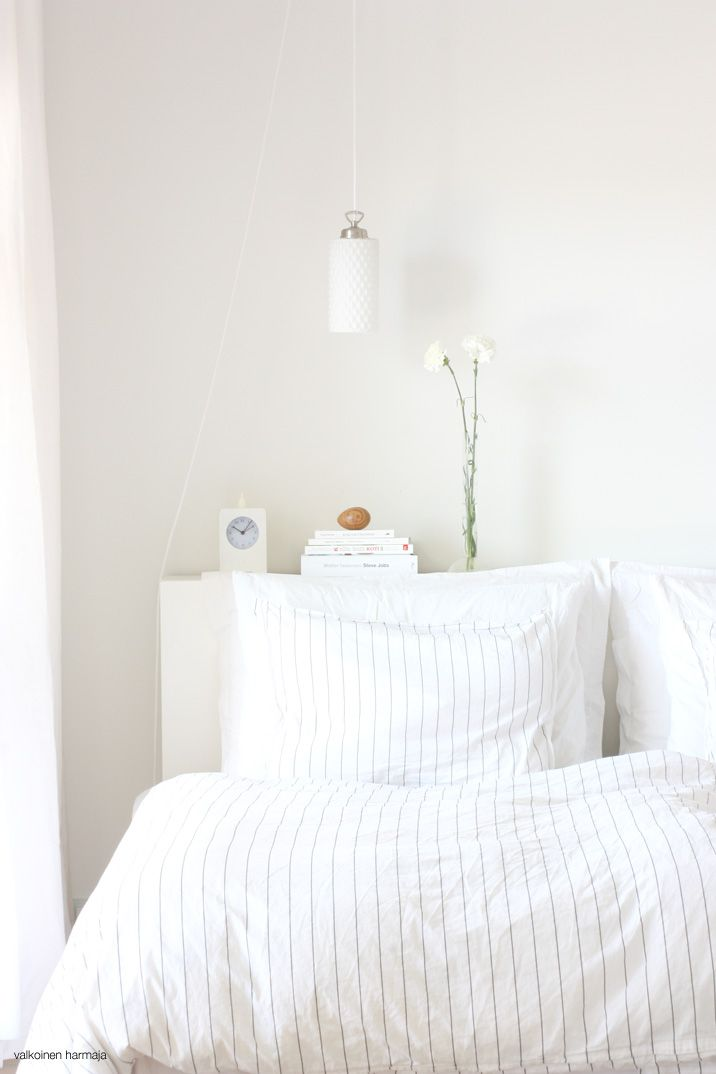 This beautiful and bright bedroom is from the Finnish blog Valkoinen Harmaja. Lovely room and very inviting bedding.
