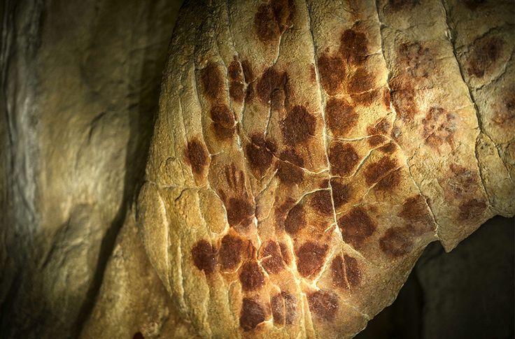 Auch Handabdrücke sind in der Höhle zu sehen. Die Chauvet-Höhle enthält zudem etwa alte Fußspuren eines Kindes.