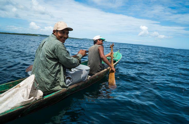 Los frágiles cayucos de los pescadores no son impedimento para aventurarse por el mar.