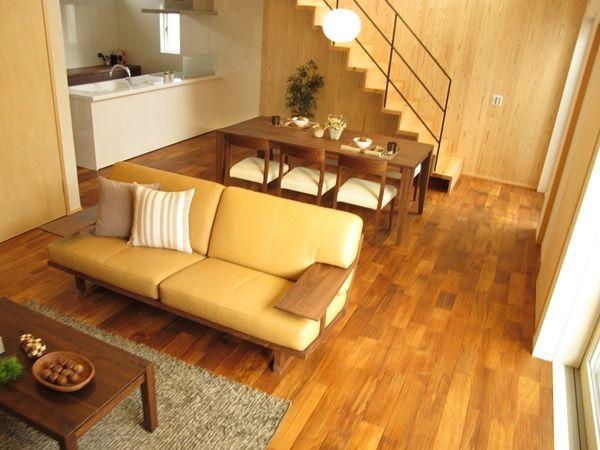 チーク無垢材の床にウォールナット材の家具でコーディネートしたリビングダイニング空間です