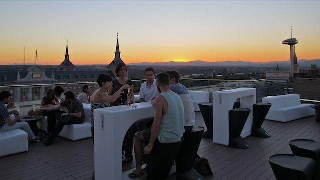 Llega la primavera y todos deseamos salir a la calle, tomarnos unas cañas en una terraza con los amigos y disfrutar del buen tiempo. Como ya sabéis Madrid esta lleno de sitios increíbles para tomar…