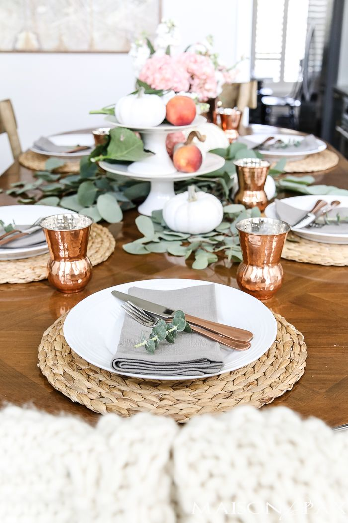 Indoor or outdoor, fancy or casual, traditional or modern, these Thanksgiving table decorations will inspire you and give you plenty of ideas.