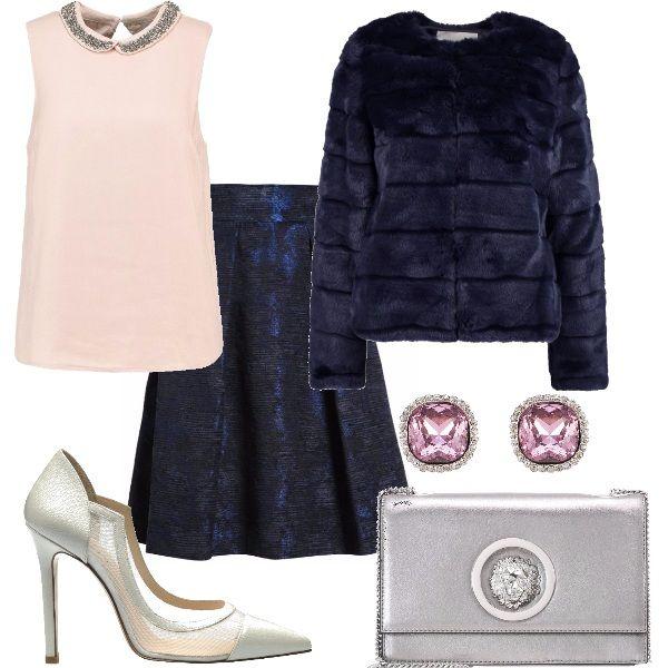 Outfit elegante e scintillante, per brillare insieme alle luci della festa. Questo outfit è composto da una camicetta rosa chiaro, impreziosita sul colletto, una gonna blu a vita alta e una pelliccia blu. Il tutto completato da delle décolleté argento, degli orecchini rosa e una pochette tracolla argento.