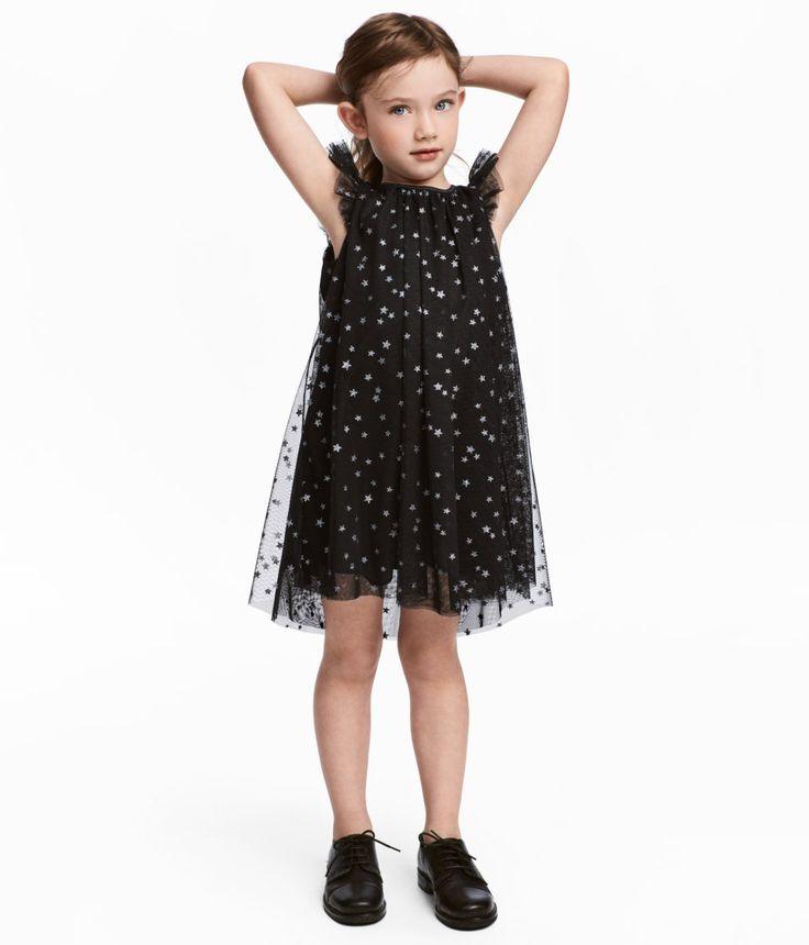 Kolla in det här! En lätt utställd klänning i tyll med glittrigt mönster. Klänningen har kort fjärilsärm och rynk upptill. Öppning med knapp i nacken. Fodrad. - Besök hm.com för ännu fler favoriter.