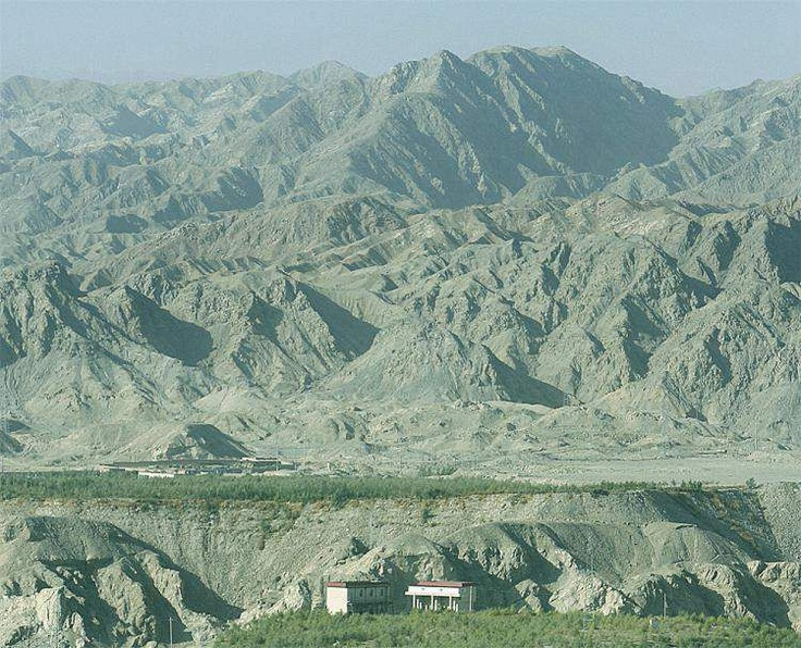 Tian Shan lies to the north and west of the Taklamakan Desert and directly north of the Tarim Basin in the border region of Kazakhstan, Kyrgyzstan and the Xinjiang Uyghur Autonomous Region of western China. In the south it links up with the Pamir Mountains and to north and east it meets the Altai Mountains of Mongolia. It also extends into the Chinese province of Xinjiang and into the northern areas of Pakistan, where it joins the Hindu Kush.