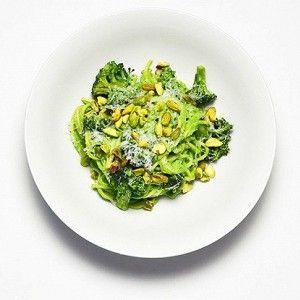 Спагетти с песто из фисташек и брокколи