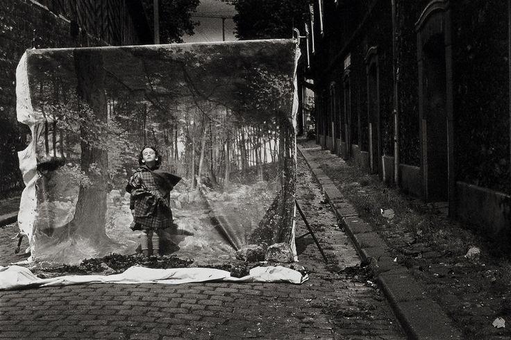 Little Red Riding Hood. Foto's uit 1983 van Sarah Moon, bij de tekst van Charles Perrault.