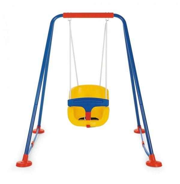 Descrizione                     Altalena con struttura ideale per bambini da 1 a 3 anni di età, grazie al seggiolino    con schienale, barra paracolpi e cinghie di sicurezza.           I piedini sono forati per permettere l'eventuale fissaggio al terreno.                     Età Consigliata: 12 mesi in poi           Dimensioni: 142 cm x 150 cm x 144 h           Prodotto da: Mondo/Chicco