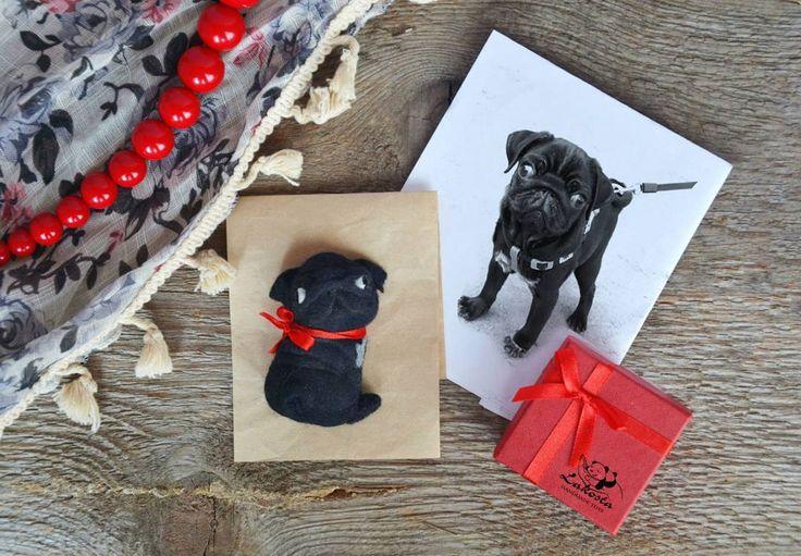 Всем доброго пятничного утра, а также привет всем любителям мопсов Хочу поделиться своей новой работой. Это брошка черный мопс, сделана на заказ по фото мопсика и скоро отправится к своей хозяйке. Hello to every pug lover.  This is my new work-brooch blak pug #brooch #pug#needlefelting #felting #felttoy #dog #wool #black #брошь #брошка #мопс #черный #собака #валяние #войлок #ручнаяработа #handmade #handcfaft #мастеркрафт#мопсы