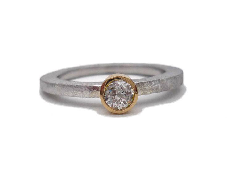 Enamorados. Anillo plata y oro con diamante talla antigua. Anillo diamante. Anillo piedra transparente. Talla antigua. Anillo compromiso