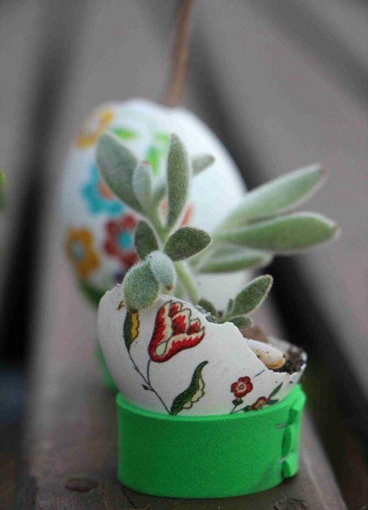 Macetas realizadas con cáscaras de huevos decoradas en decoupage o pintadas. Incluye soporte.