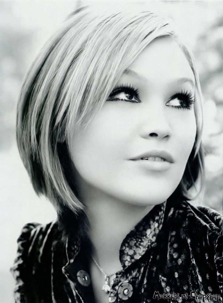 Julia Stiles. A graduate of Columbia University and holds a degree in English literature. She received a John Jay Award in 2010, the annual honorary award given to five alumni by the Columbia College Alumni Association for professional achievements.
