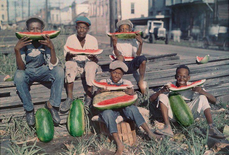 1930 New Oreleans, Usa - Cinque ragazzi mangiano grandi fette di anguria.