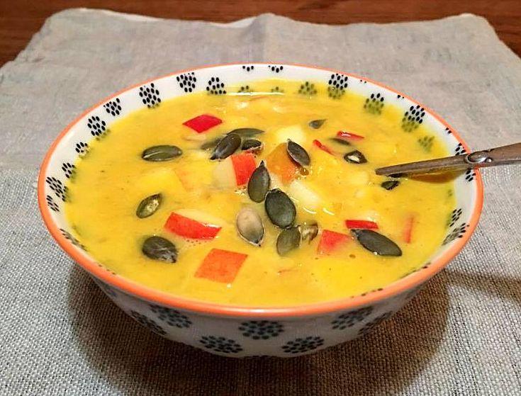 Cremet butternut squash-suppe med karry og syrlige æbler