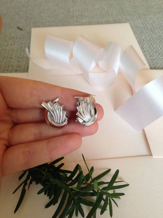 A great pair of vintage earrings, perfect for the holidays!  ♥ In great vintage condition   ♥ SHIPPING: * COMBINED Shipping at no extra charge! * FREE SHIPPING on orders over $100 CAD (about $77USD) USE CODE FREESHIP100 at checkout! * WORLDWIDE shipping!! **Please Note that if