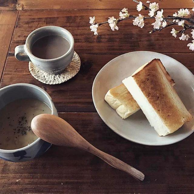 【toritori.08】さんのInstagramをピンしています。 《. . 雨降り出したよ . こんな日は(も) 美味しいものをいただいて 気分あげてこー😆✨ . . ストーブで コトコトコトコトした 残り物クリームシチューと あの、やっと岡山にやってきた 噂の食パンを分厚く切って 軽くトースト🍞 . さくら添え🌸 . いただきます🙏 . . #お昼ごはん #ランチ #おうちごはん #シチュー #ストーブでコトコト #食パン #パン #乃が美 #乃が美はなれ岡山本店 #予約したらいいよ #早目にね #高級生食パン #桜 #カフェオレ #マイホーム #暮らし #住まい #インテリア #リノベーション #myhomecafe #myhome #interior #renovation #bread #flower #coffee》