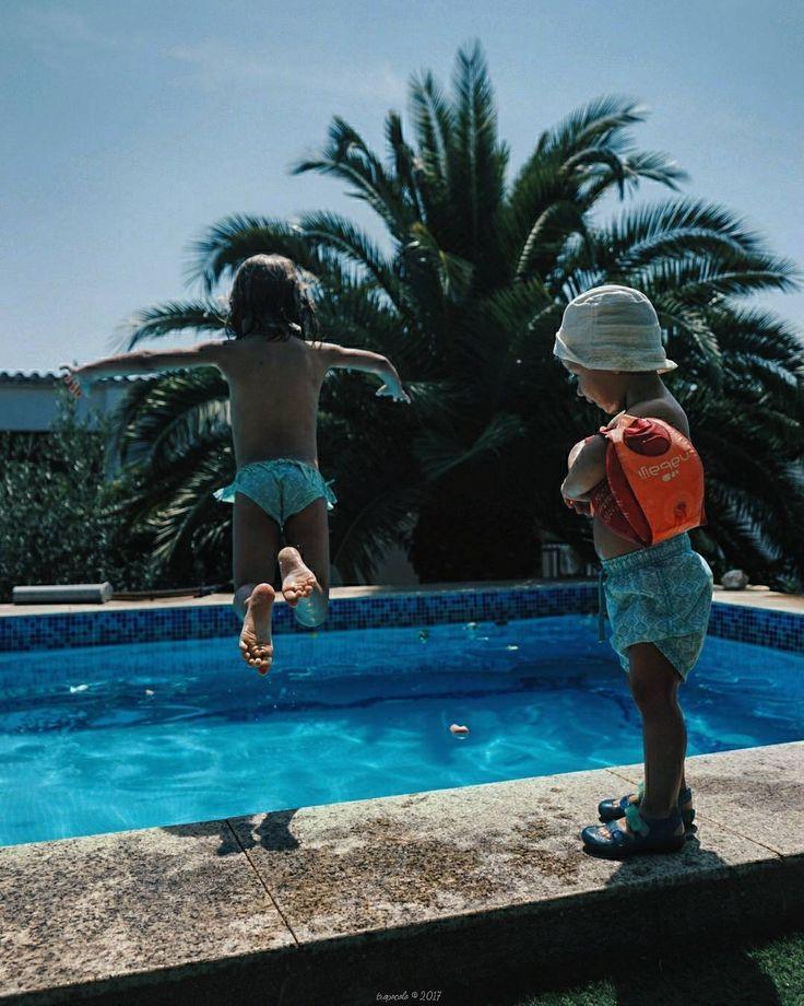 Salta salta conmigo digo salta!!! Dia 23 del proyecto #agostoen31clicks de @rebecalopeznoval. Hoy presentamos Salta. Esta era fácil de hacer lo complicado era que saltaran los 2. Tanto que al final el pequeño ha decidido que no que el se quedaba en el bordillo que era más seguro  #salta31clicks #tropocolo31clicks #jump #jumping #jumper #swimmingpool #tropoFather #kids #kidstagram #childhood #instakids #children #vsco #vscogood #vscogrid #vscohub #vscocam  #vscolovers #vscofashion…