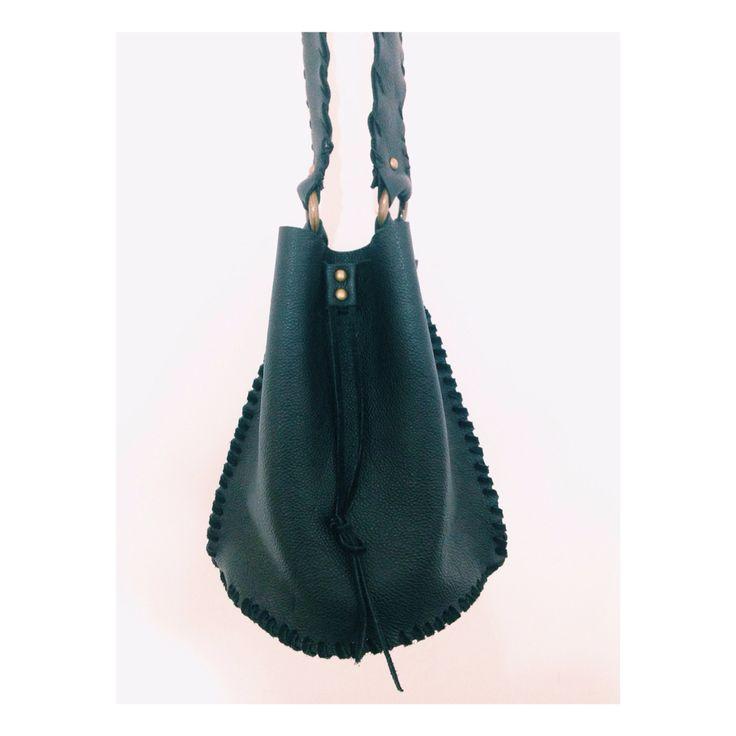 Black boho collection Bolsa saco costurada por tiras de camurça, feito à mão
