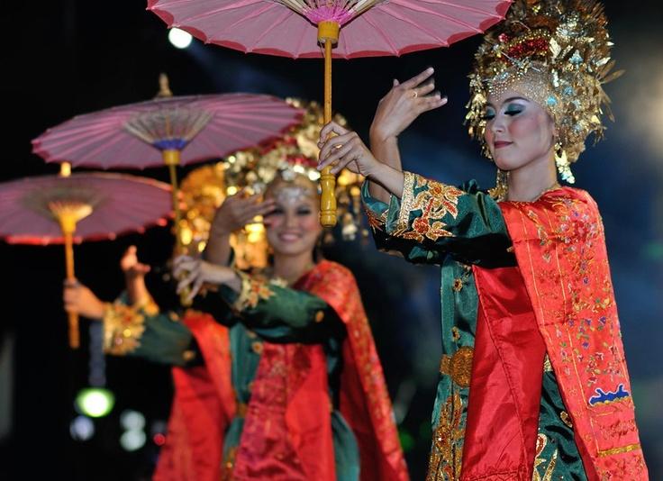 Begitu banyak kesenian tari di Indonesia. Nah, apa di antara Sahabat GoIndonesia ada yang tahu apa nama tarian dalam foto ini?