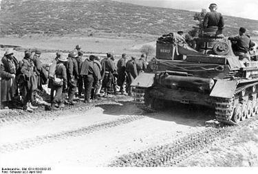 Carri armati tedeschi passano accanto alle colonne di prigionieri greci e britannici