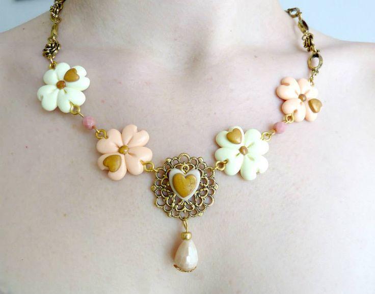 Collana con elementi simil THUN,composta da deliziosa catena color oro anticato con delicate roselline e pendenti.