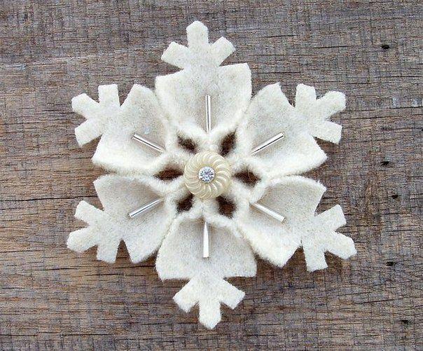 Из старых свалявшихся свитеров, кусочков фетра или флиса можно сделать  разнообразные снежинки: