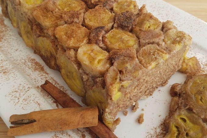 Lanche funcional: este bolo de banana invertido é fonte de fibras