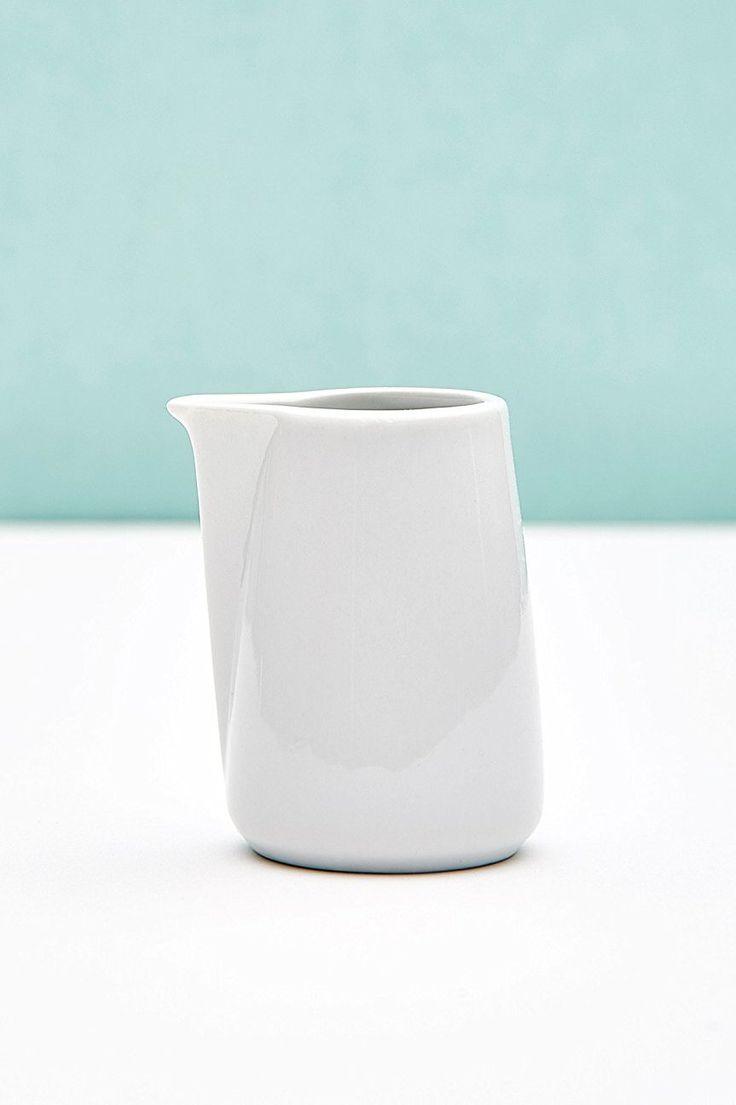 Schöne kleine Kanne für Milch von Butlers in skandinavisch schlichtem Design, wunderschöne Deko für Tisch & Kaffee Gedeck. Es gibt eine komplette Geschirr Serie passend zum Kännchen. Zu kaufen unter dem Link.  #affiliate