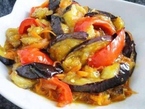 Ингредиенты: 1 большой баклажан, 1 морковь, 1 сладкий красный перец крахмал, растительное масло, 1 столовая ложка тертого на мелкой терке имбиря, 2 столовые ложки жидкого меда, 4 столовые ложки соев…