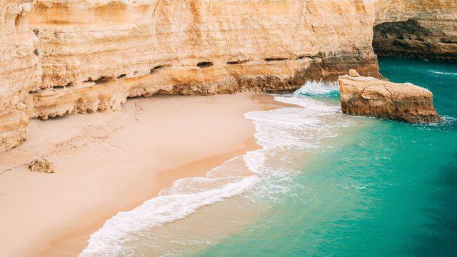Pour les surfeurs ou les adeptes de farniente, l'Algarve propose des plages parmi les plus belles d'Europe.