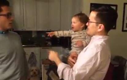 Fratelli gemelli beffano il bebè: 'Chi è papà?' e il video diventa virale - Il video del bimbo disorientato di fronte alla presenza di due 'papà' quasi identici, che in realtà sono fratelli gemelli.