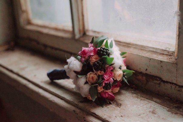 Bridal bouquet of cotton, black ivy berries, creamy spray roses, pink fresia.  Свадебный букет с хлопком, черными ягодами плюща, кремовыми розами-спрей и ярко-розовой фрезией.