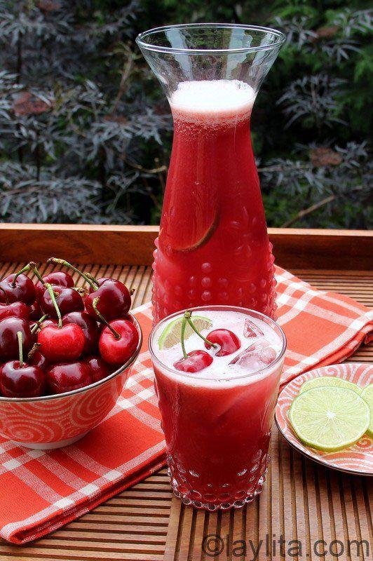 Limonade ou citronnade aux cerises faite maison, avec des cerises fraîches, citrons verts (jaunes si on ne trouve pas des verts) de l'eau et du sucre ou miel.