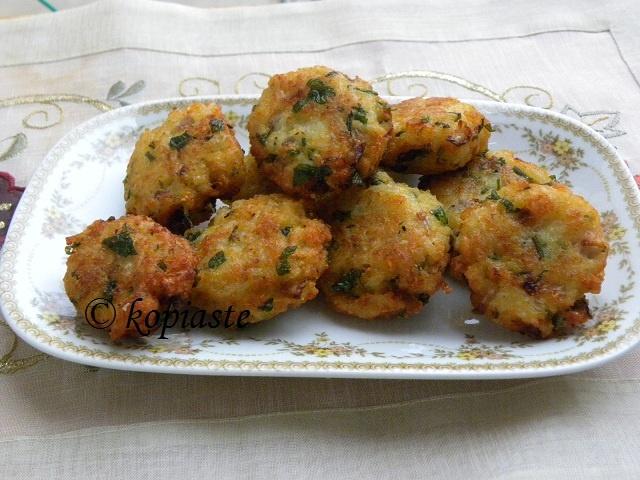 Ρυζοκεφτέδες με ρύζι που μας περισσεύει  Επειδή πλέον δεν πετάμε τίποτε πρέπει να βρίσκουμε τρόπους να χρησιμοποιούμε ότι μας περισσεύει με τον πιο δημιουργικό τρόπο μπορούμε.      http://www.kopiaste.info/?p=6689        Rice Patties  A second recipe for making rice patties using leftovers.  http://kopiaste.org/2011/03/veal-stroganoff-with-ryzokeftedes-fried-rice-patties/