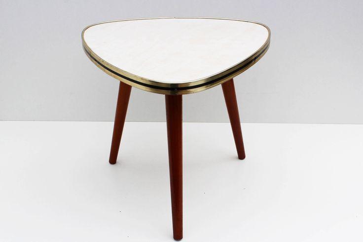 .: 11Vintage:.  Direct uit de jaren 1960 deze mooie statief Plant staan en zijkant van de tabel Mooie witte marmeren blad van de formica, Brass gouden rand rondom & warme teak houten poten Deze kleine tafels zijn een stuk van de handtekening uit het 1950s 1960s interieur. Gebruikt voor het weergeven van planten & plaatsen van dranken als bijzettafels naast lounge stoelen / sofas Goede Vintage vorm! De fotos zijn onderdeel van de beschrijving  -------------------------------------...